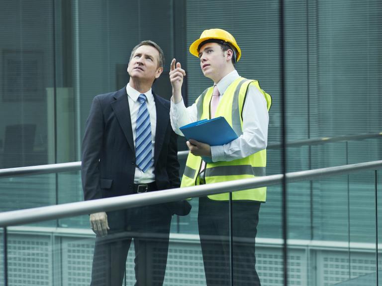 Pan budowniczy instruujący biznesmena