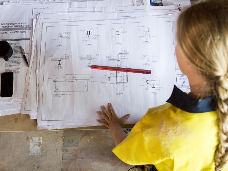 Pani sprawdzająca plany budynku